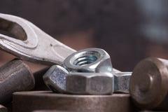 Παλαιά σκουριασμένα εργαλεία και λεπτομέρειες στο τραχύ ύφασμα Στοκ Φωτογραφίες