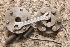 Παλαιά σκουριασμένα εργαλεία και λεπτομέρειες στο τραχύ ύφασμα Στοκ φωτογραφία με δικαίωμα ελεύθερης χρήσης