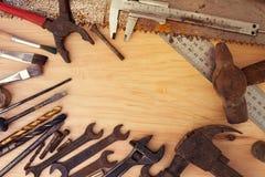 Παλαιά σκουριασμένα εργαλεία σε ένα ξύλινο υπόβαθρο Στοκ εικόνες με δικαίωμα ελεύθερης χρήσης