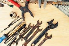 Παλαιά σκουριασμένα εργαλεία σε ένα ξύλινο υπόβαθρο Στοκ φωτογραφίες με δικαίωμα ελεύθερης χρήσης