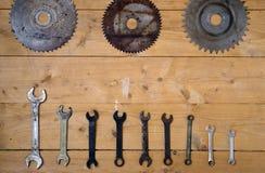 Παλαιά σκουριασμένα κυκλικά λεπίδες και γαλλικά κλειδιά πριονιών Στοκ Εικόνες
