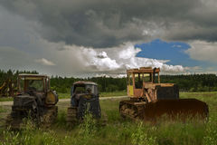 Παλαιά σκουριασμένα τρακτέρ σε έναν τομέα Στοκ φωτογραφία με δικαίωμα ελεύθερης χρήσης