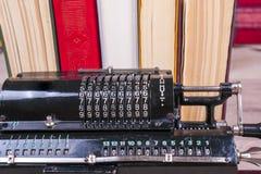 Παλαιά σκουριασμένη αναδρομική μαύρη στάση υπολογιστών σε έναν ξύλινο πίνακα Στοκ Φωτογραφίες