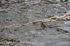 Παλαιά σκουριασμένη αλυσίδα χάλυβα μετάλλων που καθορίζει το προσγειωμένος στάδιο στην ακτή στον ποταμό Αγία Πετρούπολη Fontanka Στοκ εικόνες με δικαίωμα ελεύθερης χρήσης