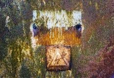Παλαιά σκουριασμένη επιφάνεια κασσίτερου με το προειδοποιητικό σημάδι της υψηλής τάσης Στοκ Εικόνα
