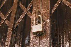 Παλαιά σκουριασμένη κλειδαριά στην πόρτα, κινηματογράφηση σε πρώτο πλάνο στοκ φωτογραφία με δικαίωμα ελεύθερης χρήσης