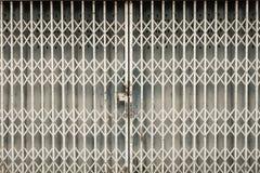 Παλαιά σκουριασμένη πόρτα κοντά στο σπίτι στην Ταϊλάνδη Στοκ φωτογραφία με δικαίωμα ελεύθερης χρήσης