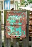 Παλαιά σκουριασμένη ταχυδρομική θυρίδα. Στοκ Φωτογραφίες