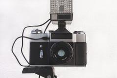 Παλαιά σοβιετική κάμερα ταινιών σε ένα τρίποδο με μια λάμψη και ένας φακός στο α στοκ εικόνα με δικαίωμα ελεύθερης χρήσης