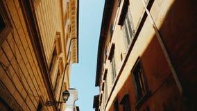 Παλαιά σπίτια σε μια στενή οδό στο ιστορικό μέρος της Ρώμης Ευρύς πυροβολισμός φακών Steadicam απόθεμα βίντεο