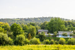 Παλαιά σπίτια στην άκρη του δάσους Στοκ φωτογραφία με δικαίωμα ελεύθερης χρήσης