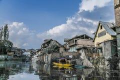 Παλαιά σπίτια & Shikara του Κασμίρ Στοκ εικόνα με δικαίωμα ελεύθερης χρήσης