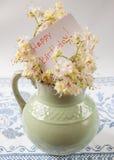 παλαιά στάμνα με τα λουλούδια του κάστανου Στοκ Εικόνες