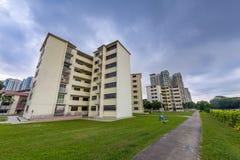 Παλαιά στέγαση κοινής ωφελείας στη Σιγκαπούρη με τα σκοτεινά σύννεφα Στοκ φωτογραφία με δικαίωμα ελεύθερης χρήσης