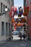Παλαιά στενή οδός της Ζυρίχης με την ένωση των σημαιών Στοκ φωτογραφίες με δικαίωμα ελεύθερης χρήσης