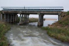 Παλαιά συγκεκριμένη γέφυρα στον ποταμό Στοκ φωτογραφία με δικαίωμα ελεύθερης χρήσης