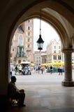 Παλαιά συνεδρίαση ατόμων μέσα στην αναγέννηση Sukiennice - μεσαιωνική εμπορική περιοχή, Κρακοβία, Πολωνία Στοκ Φωτογραφίες