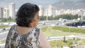 Παλαιά συνταξιούχος κυκλοφορία προσοχής γυναικών απόθεμα βίντεο