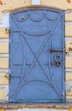 Παλαιά σφυρηλατημένη πόρτα σιδήρου με τα καρφιά και το μπλε χρώμα αποφλοίωσης Στοκ φωτογραφία με δικαίωμα ελεύθερης χρήσης