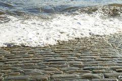Παλαιά σχάρα καθελκύσεως Cobbled που πλένεται από τη θάλασσα/τον ωκεανό Στοκ φωτογραφία με δικαίωμα ελεύθερης χρήσης