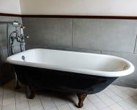 Παλαιά σύγχρονη μπανιέρα Στοκ φωτογραφίες με δικαίωμα ελεύθερης χρήσης