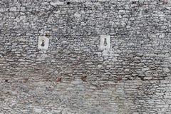 Παλαιά σύσταση τοίχων κάστρων πετρών, παράθυρα πυροβόλων Στοκ Εικόνες