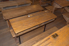 Παλαιά τάξη με τα σχολικά γραφεία Στοκ Εικόνες