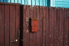 Παλαιά ταχυδρομική θυρίδα στο φράκτη Στοκ εικόνες με δικαίωμα ελεύθερης χρήσης