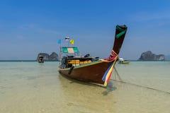 Παλαιά ταϊλανδική βάρκα στην παραλία και τη θάλασσα Στοκ Φωτογραφίες
