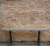Παλαιά τούβλινη σύσταση τοίχων με την παλαιά ξύλινη καρέκλα Στοκ Φωτογραφία
