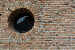 Παλαιά τούβλινη σύσταση τοίχων με το παράθυρο κύκλων Στοκ φωτογραφίες με δικαίωμα ελεύθερης χρήσης