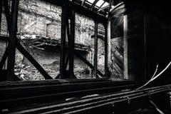 Παλαιά τραίνα στην εγκαταλειμμένη αποθήκη τραίνων Στοκ Εικόνα