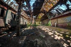 Παλαιά τραίνα στην εγκαταλειμμένη αποθήκη τραίνων Στοκ Φωτογραφίες