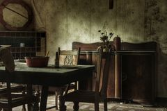 Παλαιά τραπεζαρία ενός εγκαταλειμμένου σπιτιού στοκ εικόνα με δικαίωμα ελεύθερης χρήσης