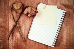 Παλαιά τριαντάφυλλα και σημειωματάριο με την κολλώδη σημείωση στοκ εικόνες με δικαίωμα ελεύθερης χρήσης