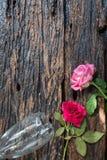 Παλαιά τριαντάφυλλα στο υγρό ξύλινο πάτωμα στοκ εικόνα