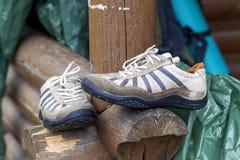 Παλαιά υγρά παπούτσια μετά από την ημέρα της πεζοπορίας Στοκ Εικόνες