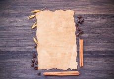 Παλαιά φασόλια εγγράφου και καφέ στο σκοτεινό ξύλινο επιτραπέζιο υπόβαθρο στοκ φωτογραφία με δικαίωμα ελεύθερης χρήσης