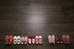 Παλαιά φορεμένα παπούτσια μωρών (παιδί, παιδί) στο πάτωμα Τοπ όψη επίπεδο λ Στοκ Φωτογραφία