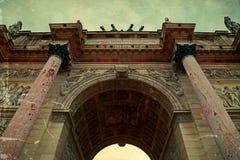 Παλαιά φωτογραφία με τις αρχιτεκτονικές λεπτομέρειες Arc de Triomphe du Carro Στοκ Εικόνες