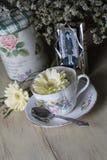 Παλαιά φλυτζάνα τσαγιού με τα λουλούδια και την παλαιά φωτογραφία Στοκ Εικόνα