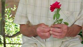 Παλαιά χέρια εργαζομένων του ηλικιωμένου ατόμου απόθεμα βίντεο