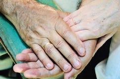 Παλαιά χέρια παντρεμένων ζευγαριών οριζόντιος Στοκ Εικόνες