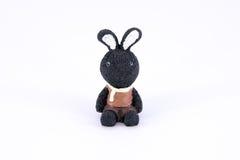 Παλαιά χαριτωμένη μαύρη κούκλα polyresin κουνελιών που απομονώνεται Στοκ φωτογραφία με δικαίωμα ελεύθερης χρήσης