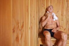 Παλαιά χαλάρωση ατόμων στη σάουνα Στοκ Εικόνες