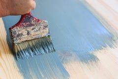 Παλαιά χρησιμοποιημένη βούρτσα χρωμάτων που χρωματίζει το ξύλινο υπόβαθρο Στοκ Εικόνες