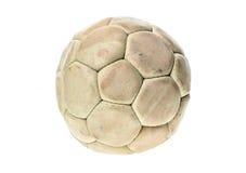 Παλαιά, χρησιμοποιημένη και πλυμένη σφαίρα χάντμπολ που απομονώνεται στο λευκό Στοκ Εικόνες