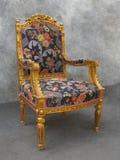 Παλαιά χρυσή γαλλική πολυθρόνα του Louis ύφους Στοκ Φωτογραφία