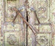Παλαιά χρωματισμένη ξύλινη επιβιβασμένη πόρτα Στοκ φωτογραφίες με δικαίωμα ελεύθερης χρήσης