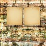 Παλαιά χρωματισμένη ξύλινη σανίδα με την κάρτα εγγράφου Στοκ Εικόνες